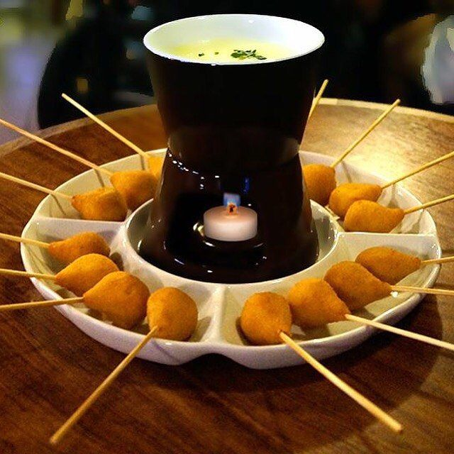 Brasileiros inventam fondue de coxinha para o inverno